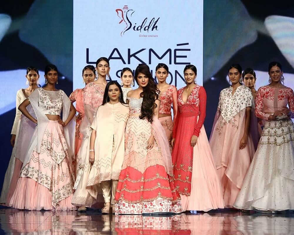 rhea-chakraborty-for-deepa-goel-at-lakme-fashion-week-2020